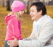 爸爸怜悯的女儿 库存照片