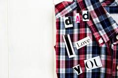 爸爸我爱你信件和衬衣 免版税库存照片