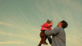 爸爸投掷他的天空的女儿 有父母的愉快的童年孩子 父亲投掷了儿童上流 a的概念 股票视频