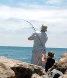 爸爸捕鱼儿子 免版税图库摄影
