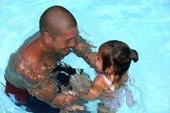 爸爸游泳 库存照片