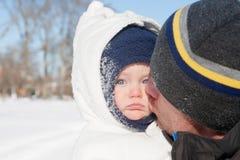 从爸爸的冬天亲吻 免版税库存图片
