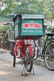 爸爸约翰` s薄饼交付自行车,北京,中国 库存图片