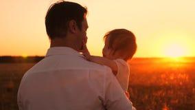 爸爸运载小女儿在日落 太阳的教皇和孩子是在晚上步行在公园 股票录像