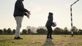 爸爸鬼混并且唬弄与他的儿子在足球比赛户外慢动作时 影视素材