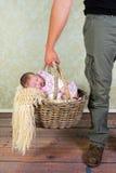 爸爸去婴孩购物 图库摄影