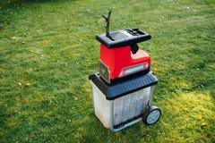 爽朗的庭院,电切菜机mulcher 免版税库存图片