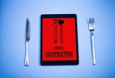 片剂、刀子、叉子和食物 免版税库存照片