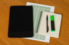 片剂、笔、标志、笔记薄和纸片与帐户o的 免版税库存图片