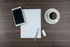 片剂、纸、橡皮擦和机械铅笔用咖啡 免版税库存图片