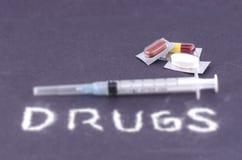 片剂、胶囊、药片和注射器 库存照片