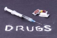 片剂、胶囊、药片和注射器2 免版税库存照片