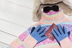 片剂个人计算机与一个明亮的颜色毛线衣和温暖的帽子 是时间离开 俄国游人 库存图片