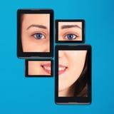 片剂个人计算机和智能手机的Portrain十几岁的女孩 免版税库存照片