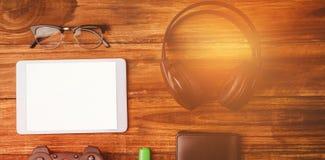 片剂和其次音乐耳机控制杆USB钥匙和玻璃 免版税库存照片