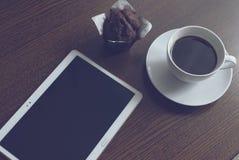 片剂咖啡和松饼 库存图片
