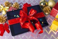 片剂圣诞节的个人计算机礼物 库存照片