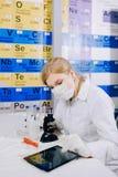 片剂帮助她工作更加聪明 一位女学生化学家, 免版税库存图片