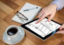 片剂用在一张书桌上的手有新的办公室的设计的 库存照片