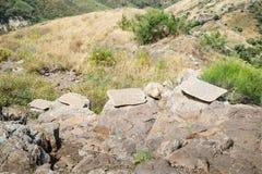 片剂用英语和希伯来语在导致市的废墟的路有一个故事的Gamla关于城市的历史  免版税库存照片