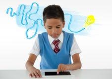 片剂的男小学生有五颜六色的想法电灯泡乱画的 库存图片