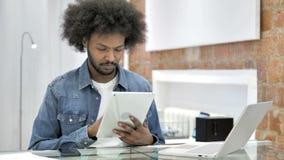 片剂的非洲人浏览互联网 股票视频