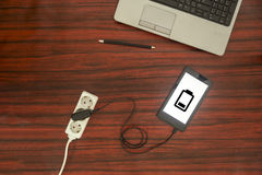 片剂被连接到电源输出口 免版税库存图片