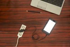 片剂被连接到电源输出口 库存图片