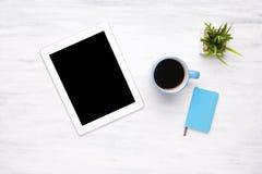 片剂计算机和咖啡顶视图在木桌上的 库存图片