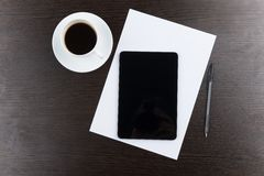 片剂计算机顶视图有咖啡的和笔在桌上 库存图片
