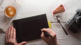 片剂,照相机,咖啡杯,在白色桌上的蛋糕 图库摄影