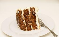 片式在牌照的胡萝卜糕有叉子的 免版税图库摄影