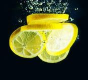 片式柠檬在水中 库存照片