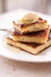 片断乳酪蛋糕和奶油,倒蜂蜜, 库存图片