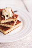 片断乳酪蛋糕和奶油,倒蜂蜜 免版税库存图片