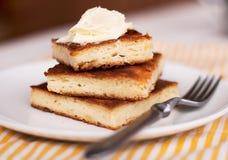 片断乳酪蛋糕和奶油 图库摄影