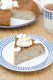 片断蛋糕(krupenik)与凝乳奶油 免版税图库摄影
