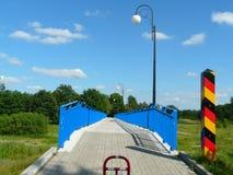 片斯克,西里西亚,在德语Nysa Luzycka的边界的波兰人行桥波兰和 图库摄影