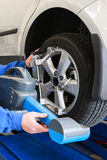 片段在诊断测试期间的汽车轮胎。 免版税库存照片