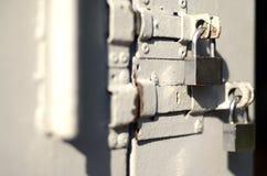 片段的照片是与两方形的挂锁的一个金属门 与浅景深的选择聚焦 免版税图库摄影