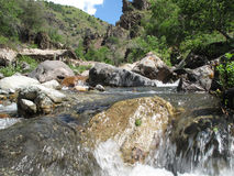 片段运行小的石头的山河 免版税库存照片