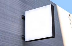 牌大模型和模板空的框架的商标或文本在外部街道广告城市商店背景,现代平的样式 免版税库存图片