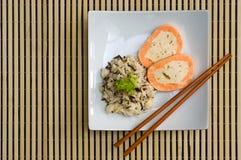 牌照米通配肉卷的三文鱼 库存照片