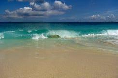 牙买加海滩波浪卷曲的崩溃 免版税库存照片