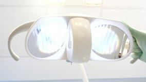 牙医为一快的牙检查调整光 影视素材