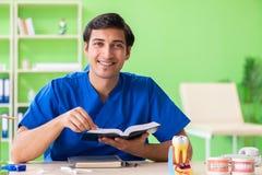 牙医医生在诊所的阅读书 库存照片