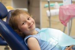 牙医对待儿童的牙 牙健康和秀丽 免版税库存图片