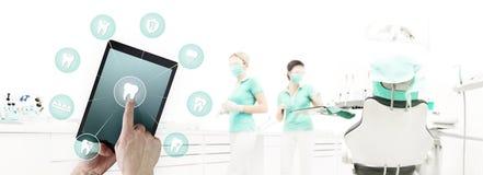 牙医手接触数字式片剂屏幕牙象和标志 向量例证