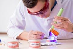 牙医运转的牙植入管在医学实验室 图库摄影