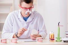 牙医运转的牙植入管在医学实验室 免版税库存照片